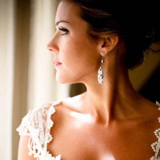 novia con escote cuadrado y pendientes largos