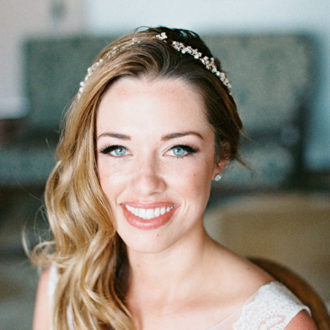 novia sonriendo con pendientes pequeños brillantes