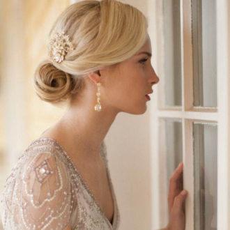 novia de perfil con pendientes largos