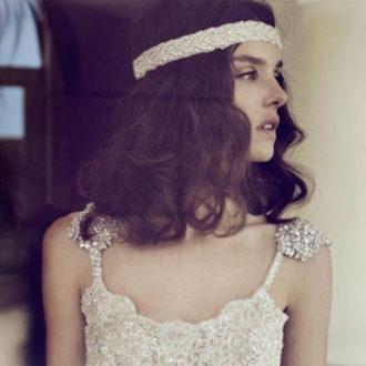 plano medio de novia con tiara glitter en la frente