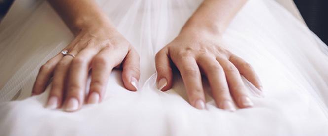 manos de una novia con la manicura francesa hecha