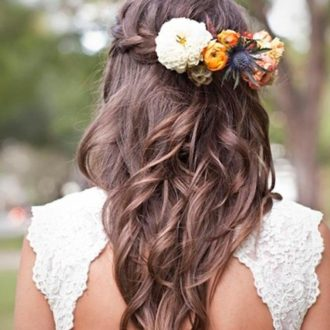 novia morena con pelo suelto y tocado de flores naturales