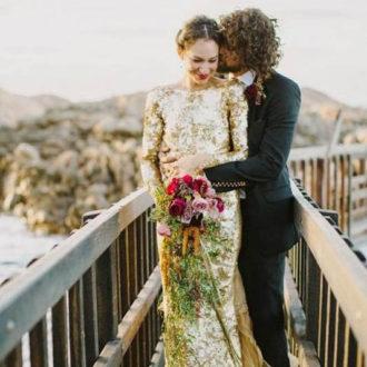 pareja de novios recién casados, novia con vestido glitter dorado y ramo en la mano