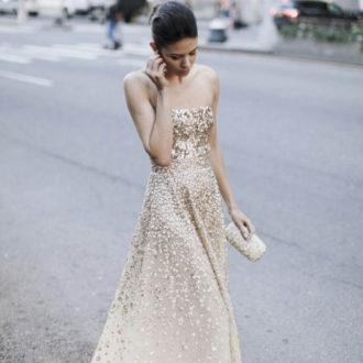 novia por la carretera con vestido glitter dorado de Oscar de la Renta