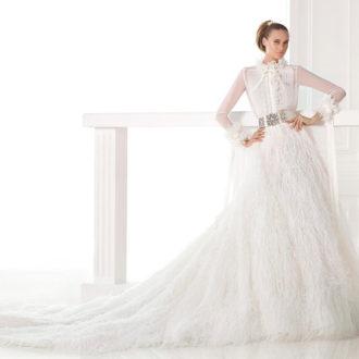 novia luciendo vestido compuesto por camisa y falda de Pronovias
