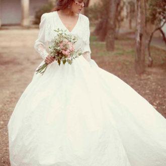 novia luciendo vestido compuesto por camisa y falda de Rosa Clará
