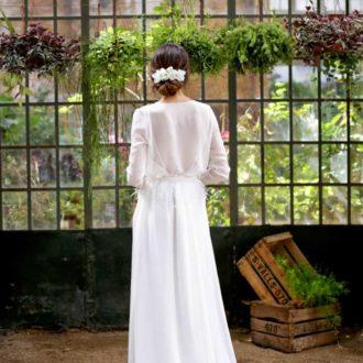 novia de espaldas con vestido realizado en crepé