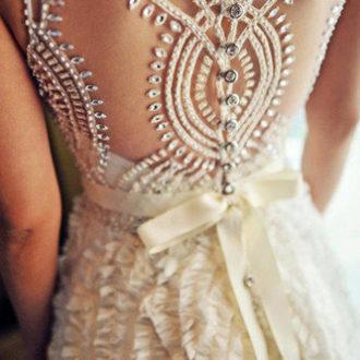 detalle espalda joya en vestido de novia con brillantes