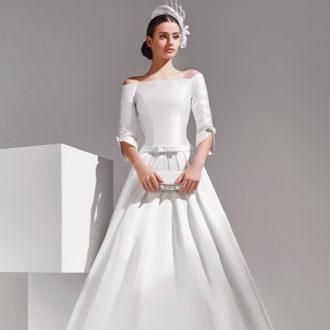 novia con vestido realizado en mikado con bolso de mano