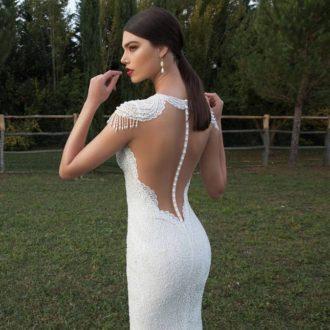 novia con vestido corte sirena de transparencias en la espalda marcando siuleta