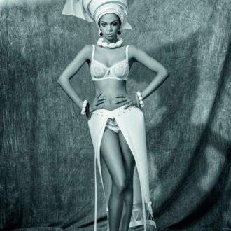 falda de novia abierta de papel de Asya Kozina y lencería de Wild Orchid