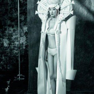 chaqueta de novia de papel de Asya Kozina y lencería de Wild Orchid