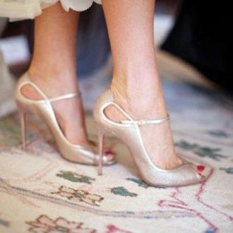 plano detalle de los pies de una novia luciendo zapatos glitter de Christian Louboutin