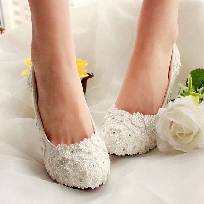 zapatos de novia blancos con aplicaciones florales