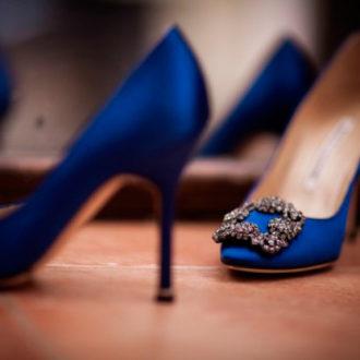 zapatos de novia en azul Klein con broche