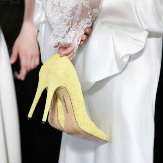 novia sosteniendo zapatos amarillos
