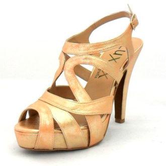 sandalia de novia dorada abrochada al tobillo