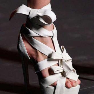 zapatos de novia con plataforma atados a empeine y tobillo