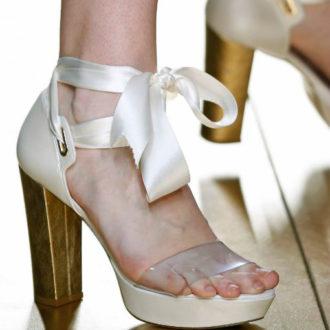 zapatos de novia de tacón ancho dorado y enlazado al tobillo