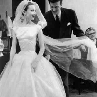 Audrey Hepburn luciendo vestido de novia con tutú
