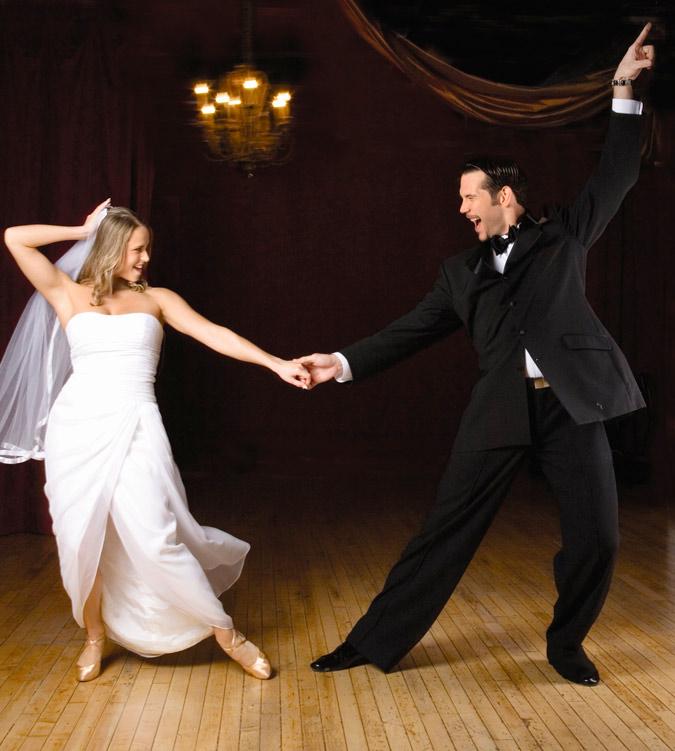 novios recién casados bailando