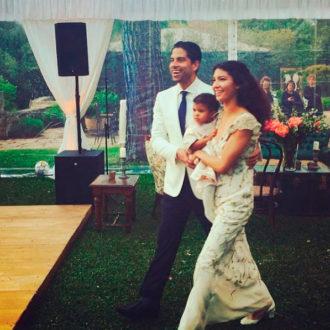 Adam Rodríguez y Grace Gail recién casados con su bebé en brazos