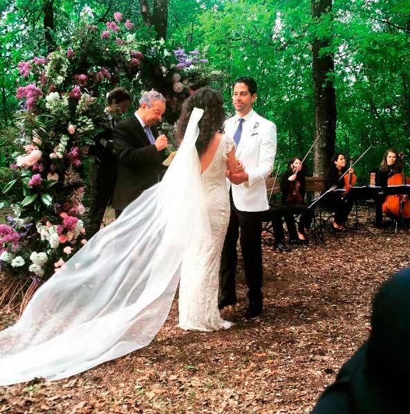 Adam Rodríguez y Grace Gail contrayendo matrimonio