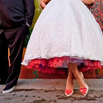 pareja de novios recién casados, novia con cancán rojo