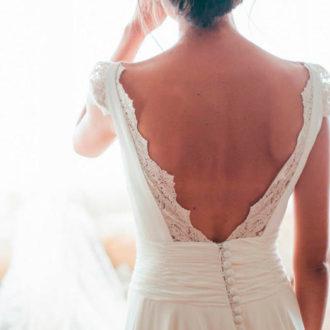 novia con escote en la espalda abierto