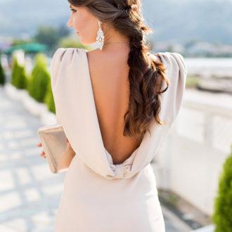 novia con escote en la espalda y pelo semirrecogido