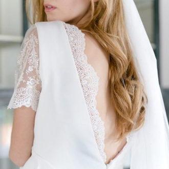 novia con escote en la espalda con bordado