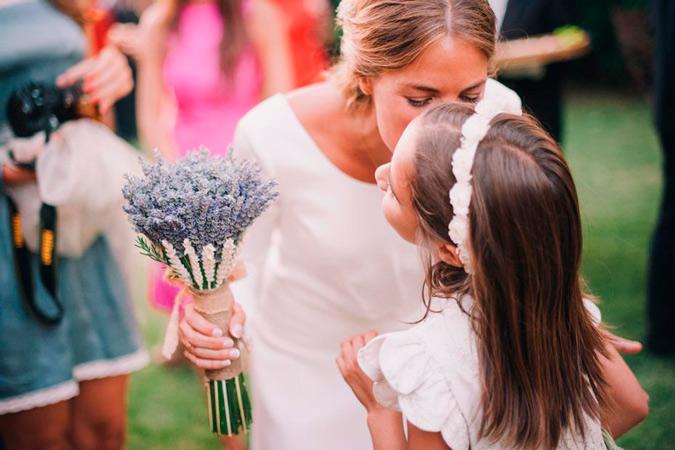 novia besando a niña en sesión de fotos