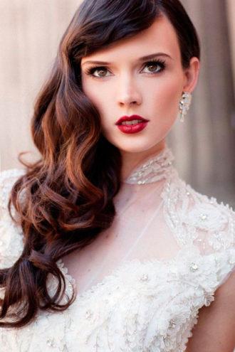 novia con los labios pintados en tono intenso