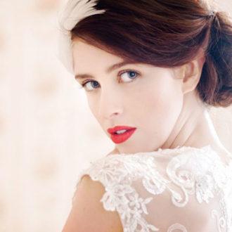 novia con el pelo recogido y los labios pintados en rojo