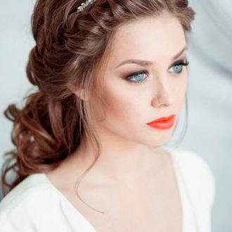 novia con semirrecogido y corona con los labios pintados en rojo