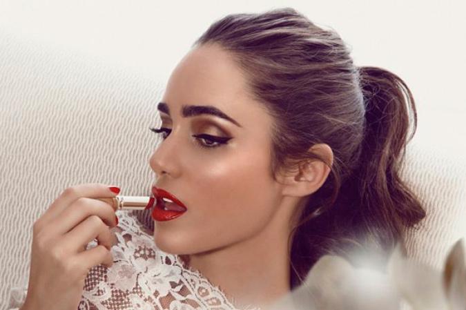 novia pintándose los labios de color rojo
