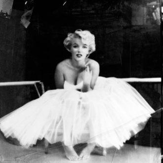 Marilyn Monroe luciendo vestido de novia con tutú