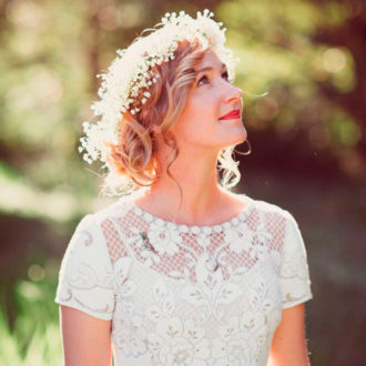 novia con melena midi rizada y corona de flores