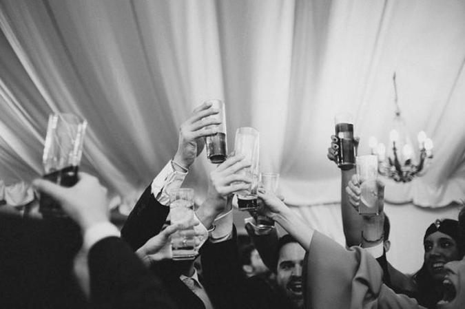 invitados de boda brindando