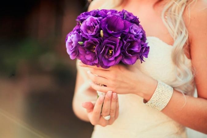 novia intelectual con ramo lila y detalles amarillos