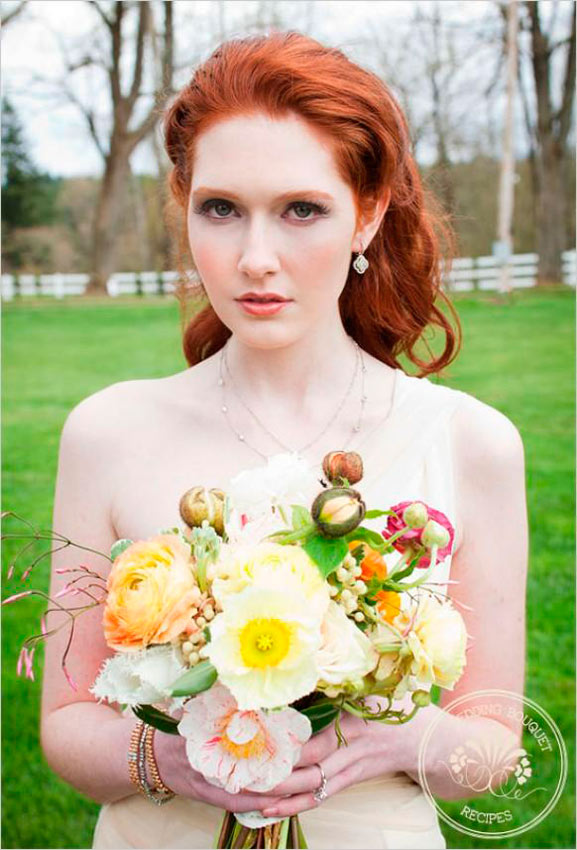 novia pelirroja con ramo en tonos pastel con tonos verdes