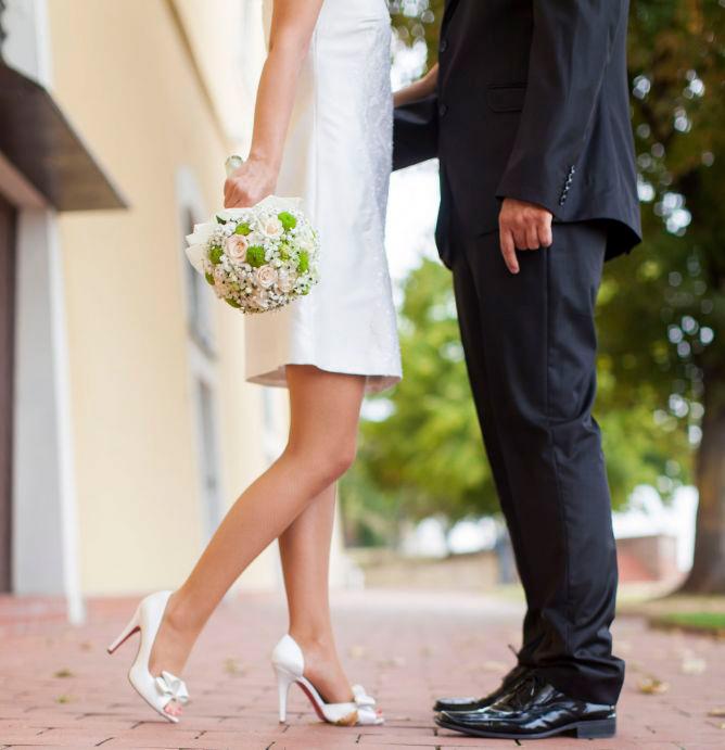 novia con vestido corto con ramo bouquet