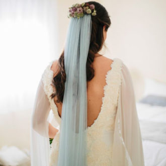 novia con velo en color azul