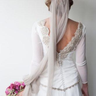 novia con velo en color gris