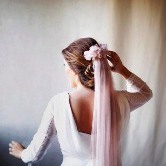 novia con velo en color rosa