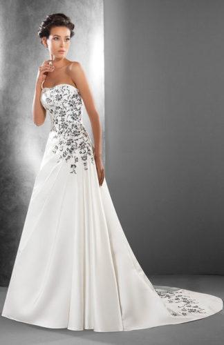 novia con vestido strapless con bordado en color negro