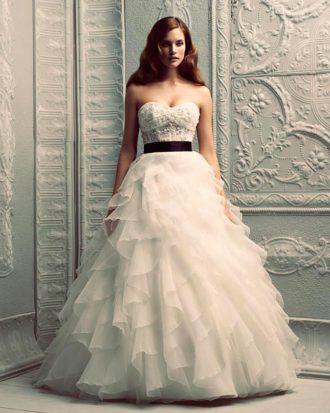 novia con vestido strapless con fajín en color negro y falda voluminosa