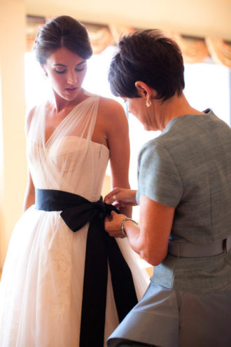 novia con vestido de tirantes y fajín en color negro