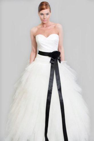 novia con vestido strapless y lazo negro en la cintura