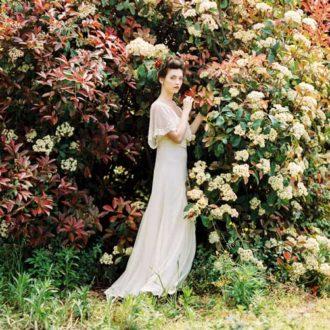 novia con vestido de corte imperio con transparencias de estilo millennial